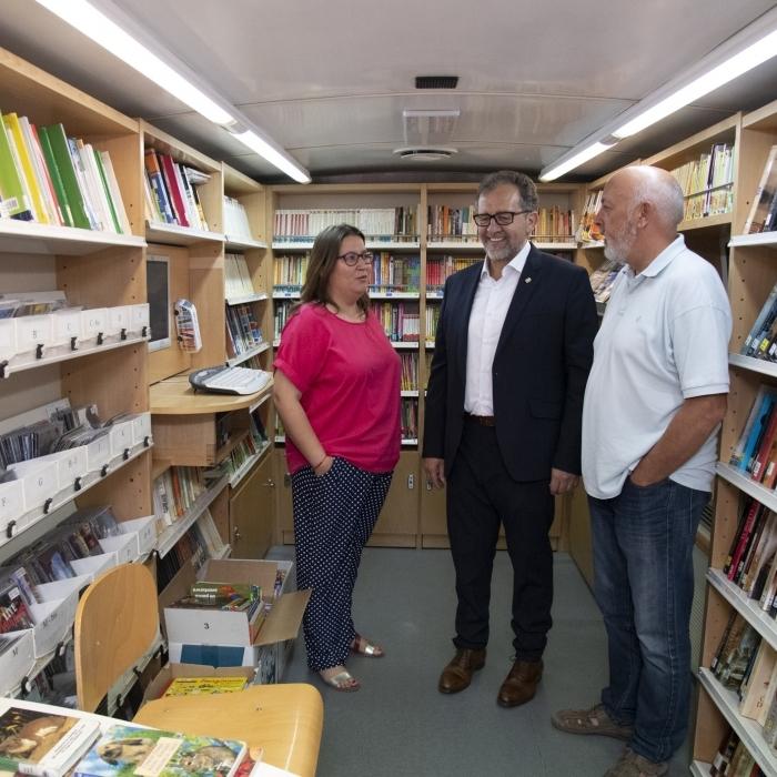 La Diputación ampliará a más comarcas del interior el servicio de biblioteca móvil con la adquisición de un nuevo bibliobús