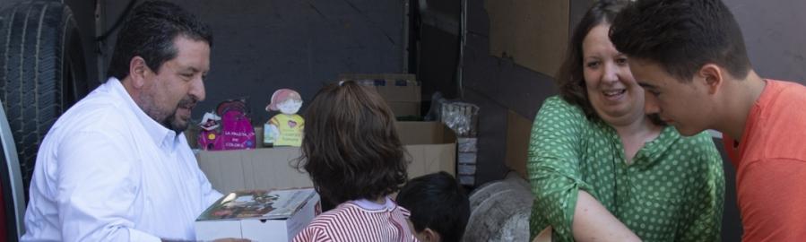 Diputación lleva una furgoneta llena de libros a los niños de Castell de Cabres
